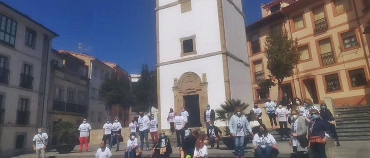 El grupo contra la perrera en Bañugues, en la Torre del Reloj de Luanco.