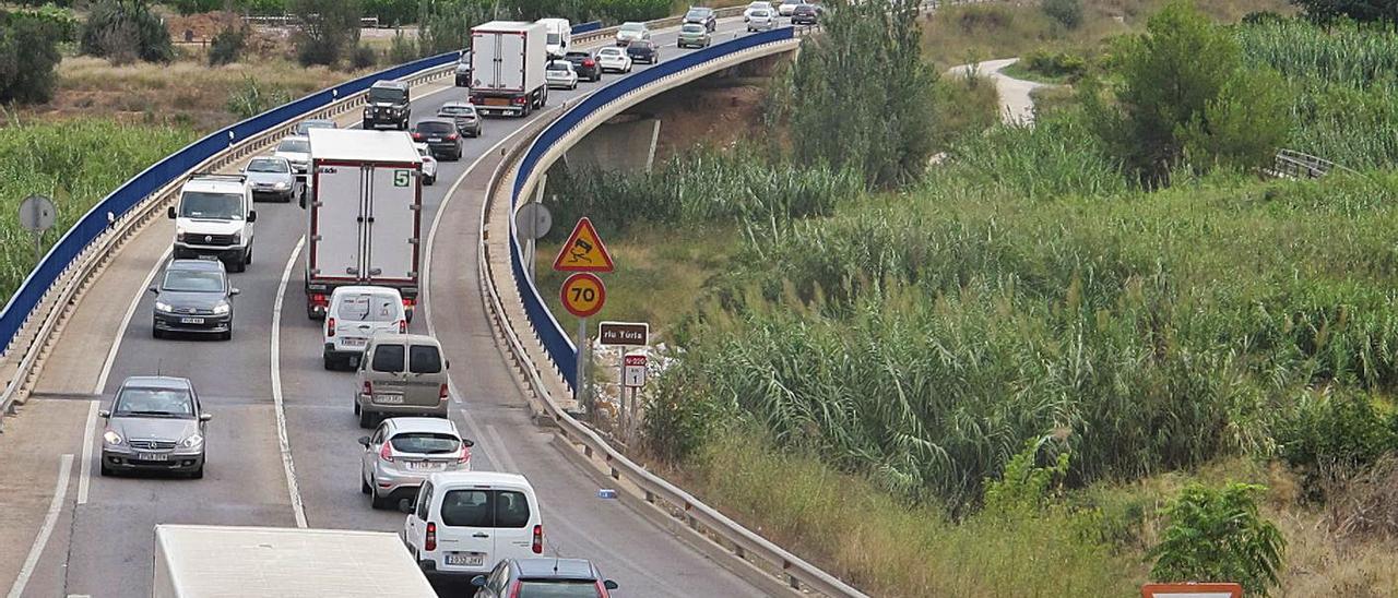 Tráfico denso en la carretera N-220, en ambos sentidos.   L-EMV