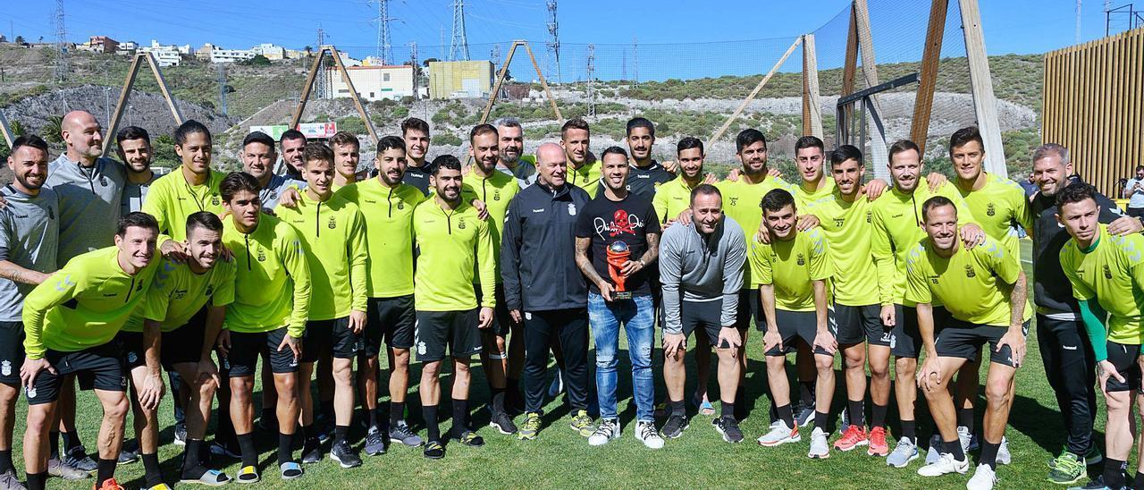 El plantel de la UD, con la figura de José Mel Pérez, posa con Jonathan Viera -con el fisio Naranjo y Pedri a la derecha-, en enero de 2020, tras ser agraciado con el trofeo de Mejor Jugador de diciembre.       TONY HERNÁNDEZ