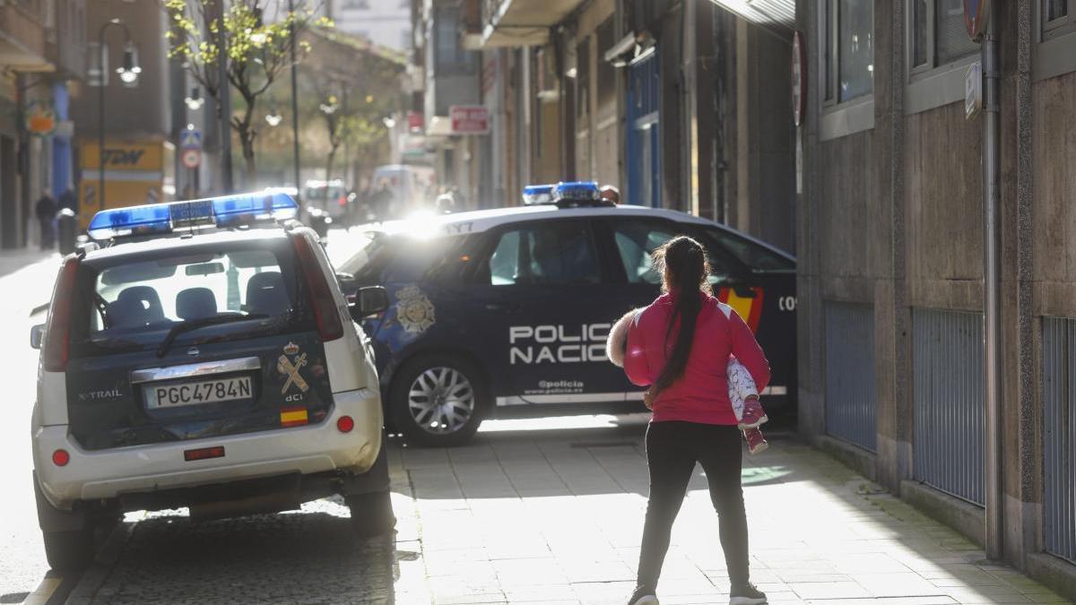 Dos coches policiales delante de los juzgados de Avilés.