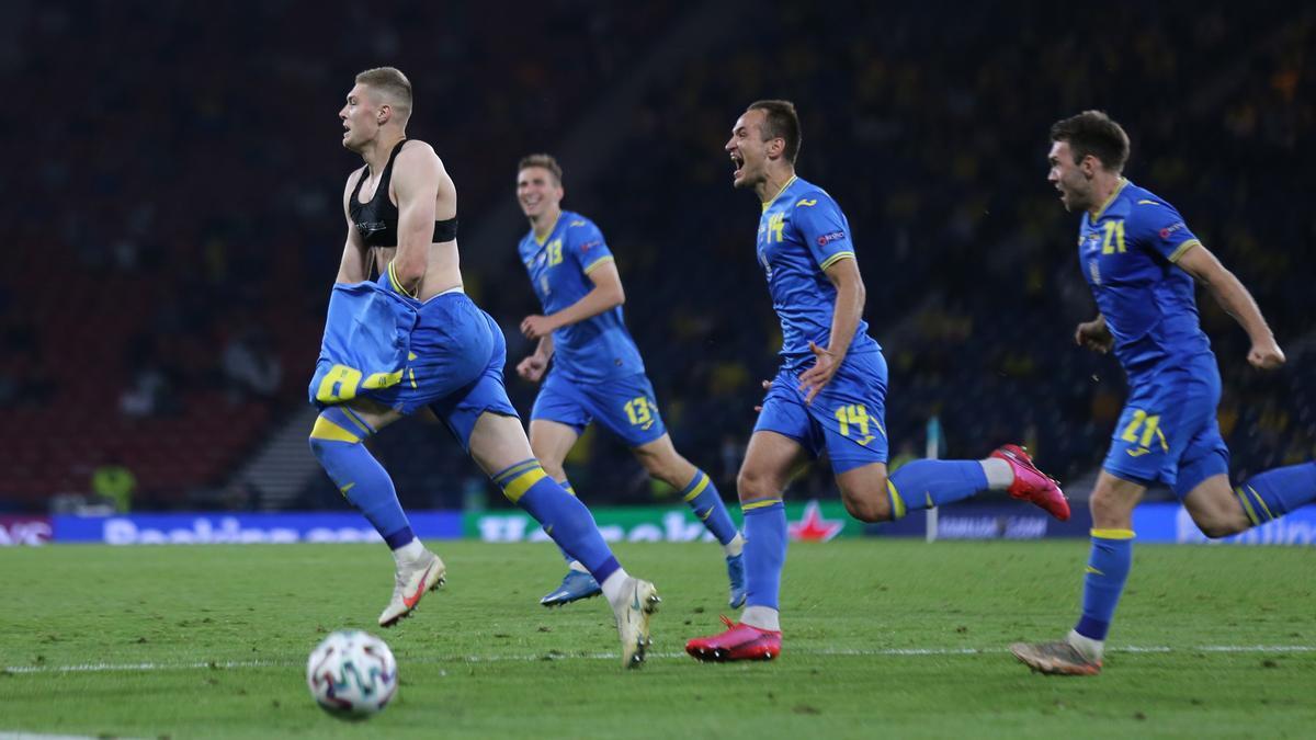 Los jugadores de Ucrania celebran el gol al final de la prórroga.