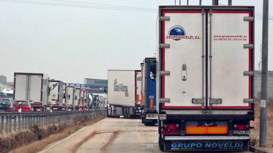 El transporte avisa de que un alza del impuesto sobre carburantes reducirá las exportaciones