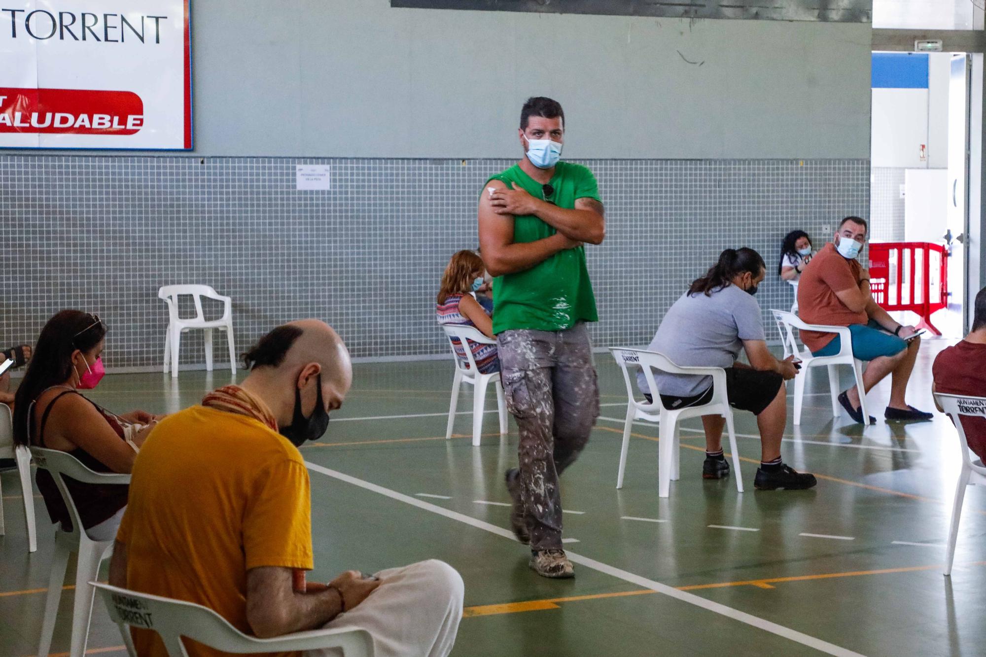 Vacunación de treintañeros en el pabellón municipal de El Vedat, en Torrent