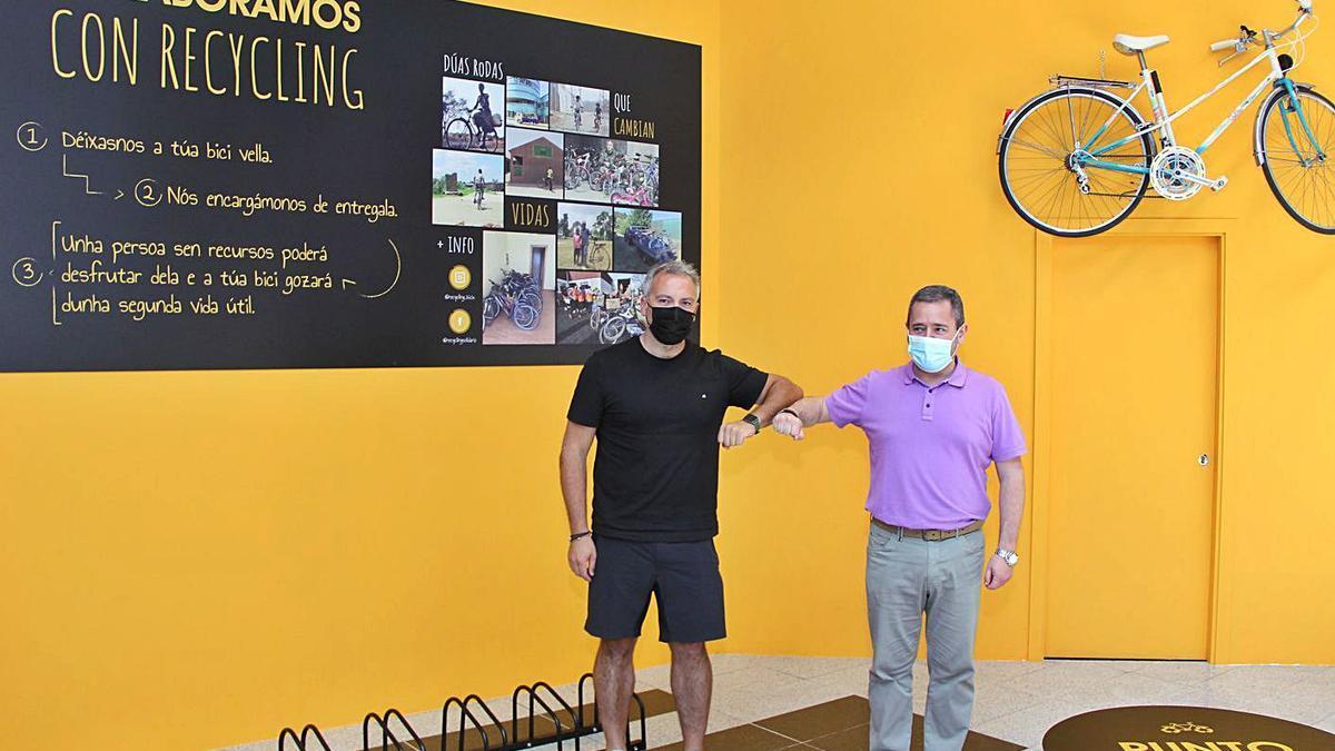 José Luis Seixo y Andrés Bahíllo, gerente del centro comercial, en el punto de recogida. |   // BERNABÉ//ANA AGRA