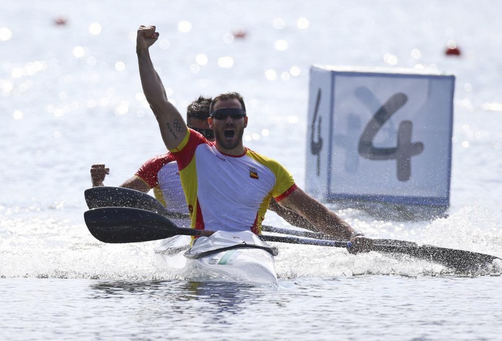 Los deportistas celebran su oro //REUTERS