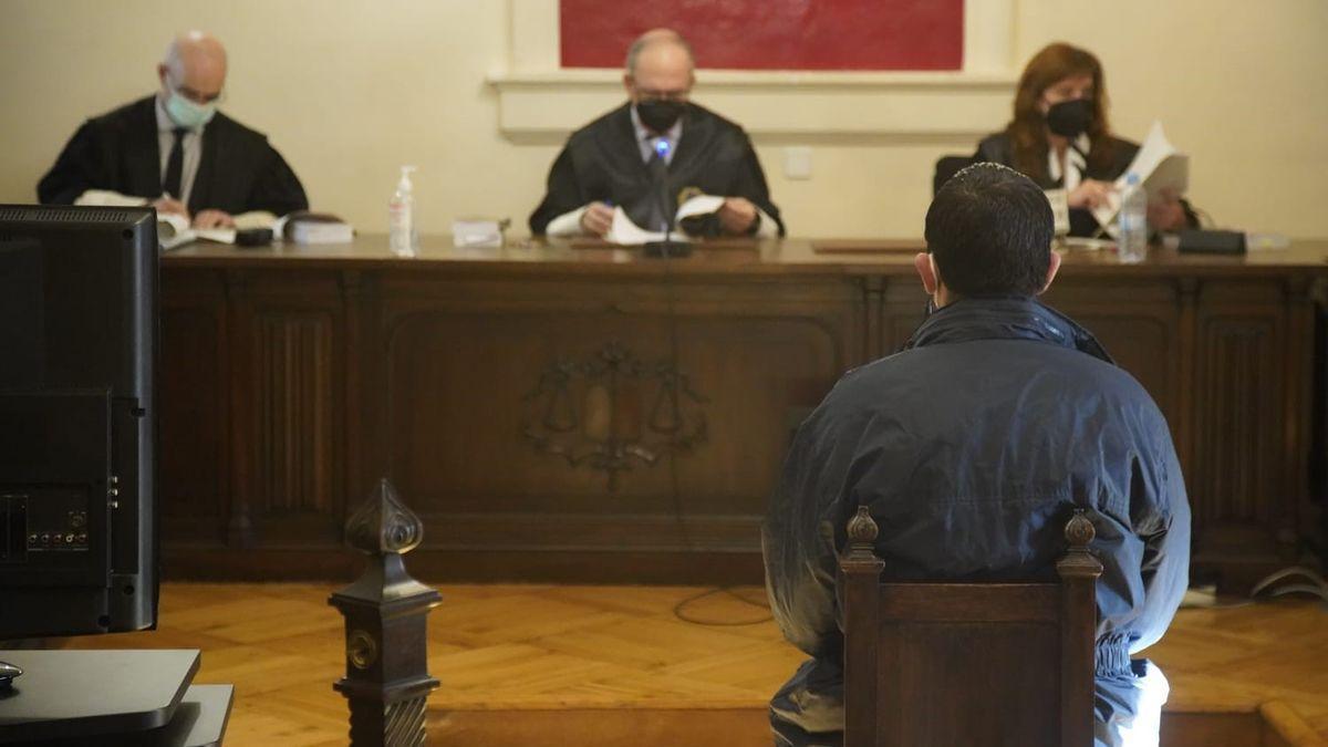 El condenado por una violación en la chabola de La Alberca durante el juicio.
