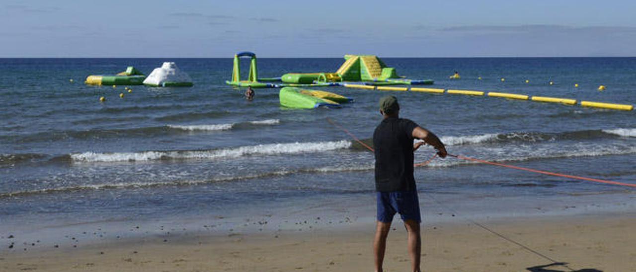 Instalación del parque acuático flotante, ayer, en Playa Grande, en Puerto del Carmen.