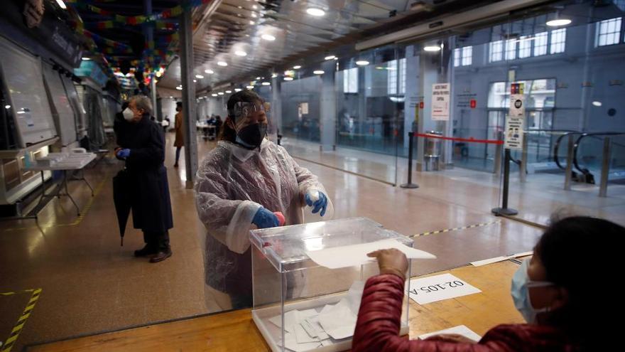 Los catalanes votan en los comicios más atípicos por el coronavirus
