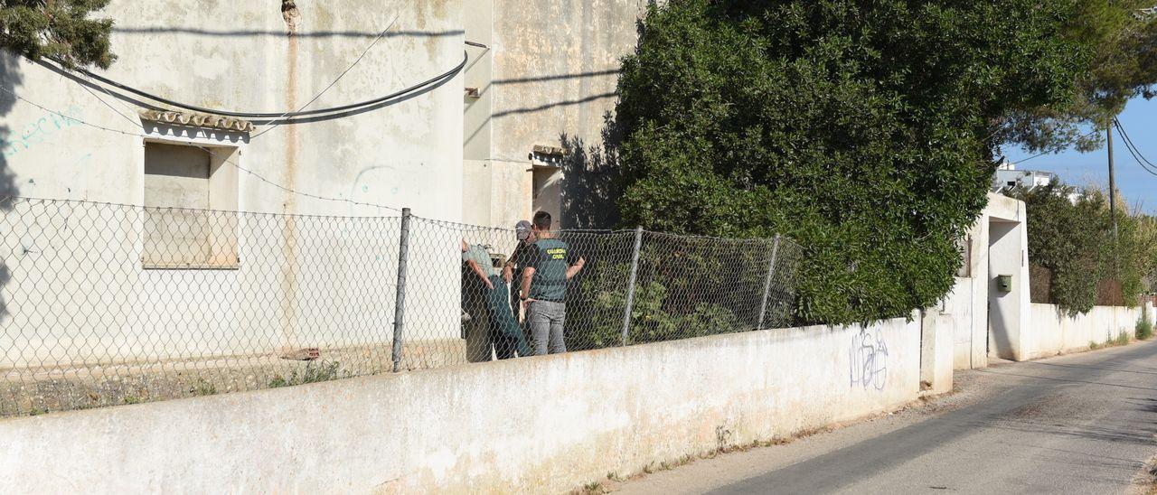 El equipo de investigadores de la Policía Local y la Guardia Civil registran las cisternas de la casa okupa de Sant Antoni, esta mañana.