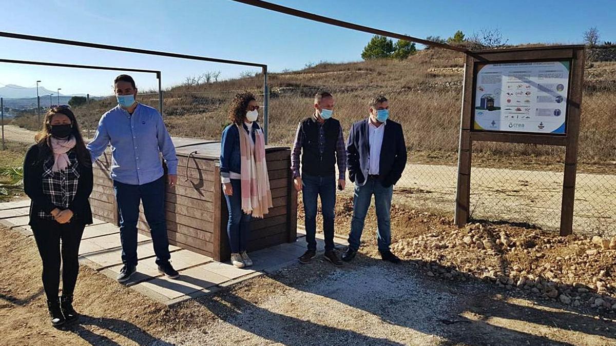 Los alcaldes Cerdán y Azorín en la isla de compostaje comunitario implantada en Pinoso.   ÁXEL ÁLVAREZ