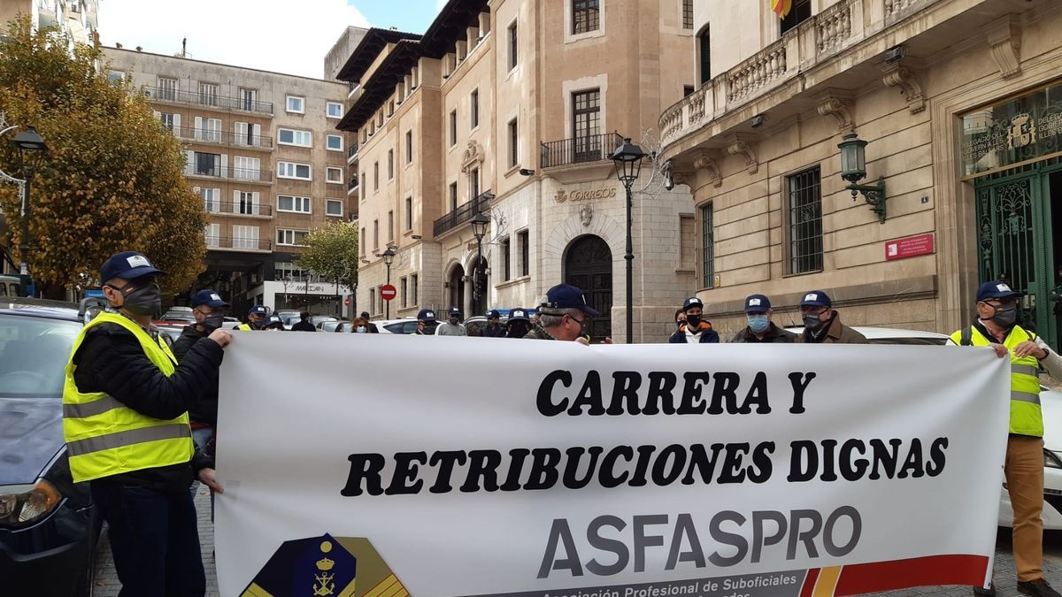 """Unas 20 personas se concentran en Palma pare reivindicar """"una carrera y retribuciones dignas"""" en las Fuerzas Armadas"""