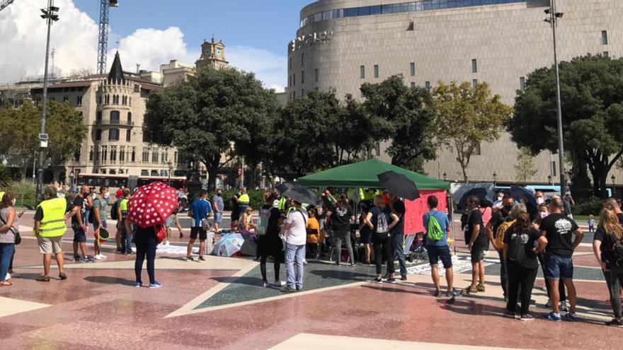 Treballadors d'Acciona fan una acampada a la plaça Catalunya de Barcelona per protestar per l'ERO