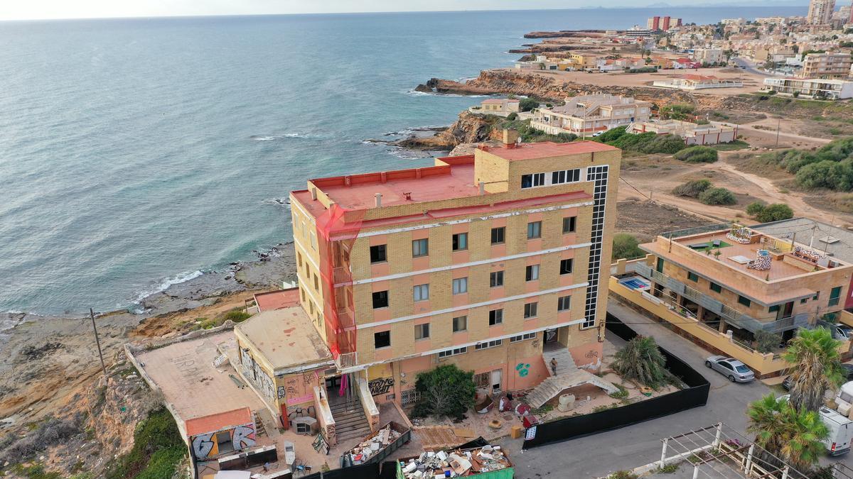 Imagen aérea del edificio que ha estado abandonado durante años junto a las calas de Torrevieja y donde han comenzado las obras de rehabilitación