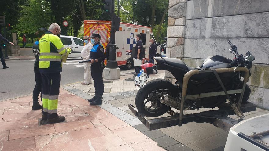 Herido un motorista tras impactar con un turismo en el centro de Oviedo