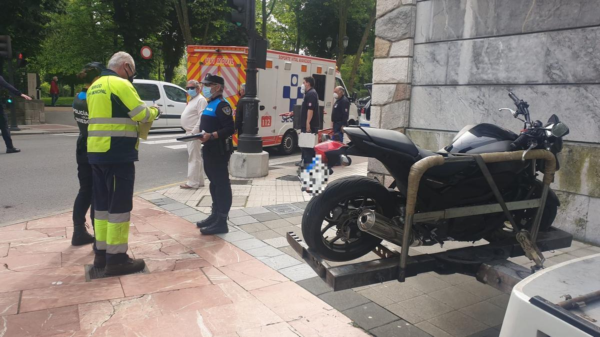 La moto del accidente, enganchada a la grúa en la plaza del General Ordóñez.