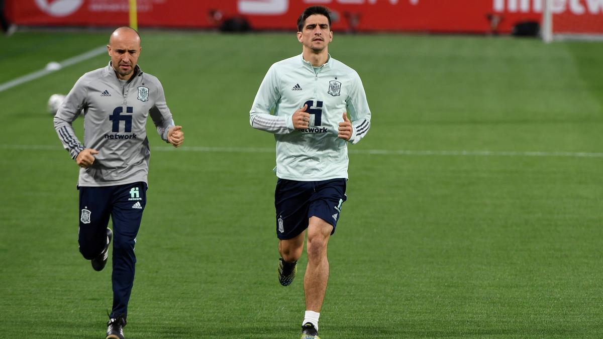 El jugador del Villarreal Gerard Moreno, realizando carrera continua con el preparador físico de la selección.