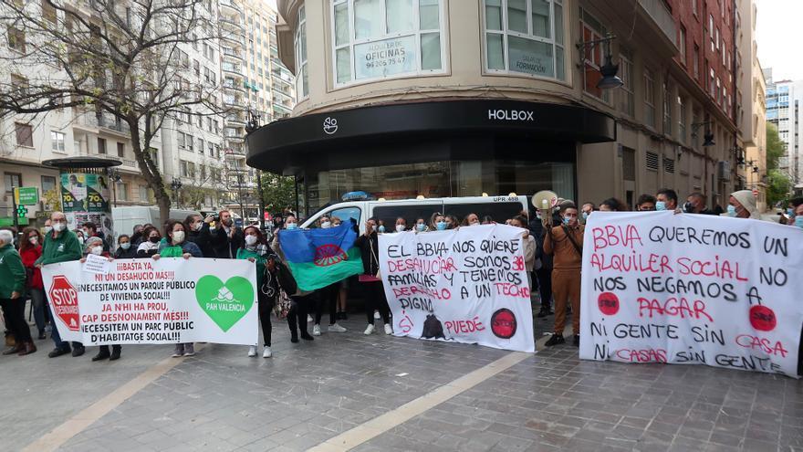 Manifestación en València por el desahucio de 38 personas en la Pobla de Vallbona