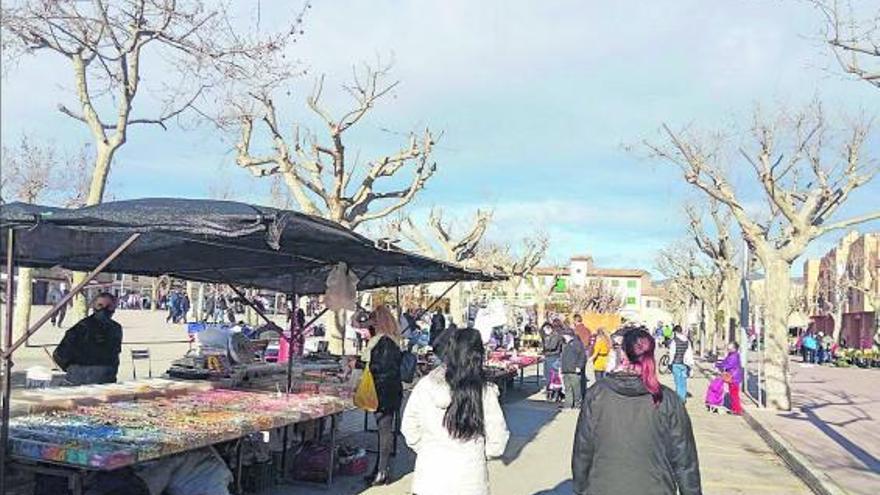 Dos instantáneas que deja el mercado de Santa Maria que, con motivo de la pandemia, se ha reorganizado. | AY. SANTA MARIA