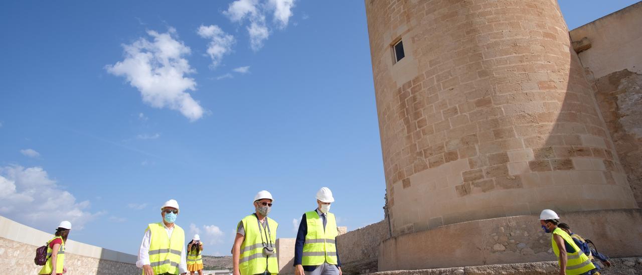 El alcalde, el edil de Patrimonio Histórico y el director de la obra, durante la visita a la fortaleza.