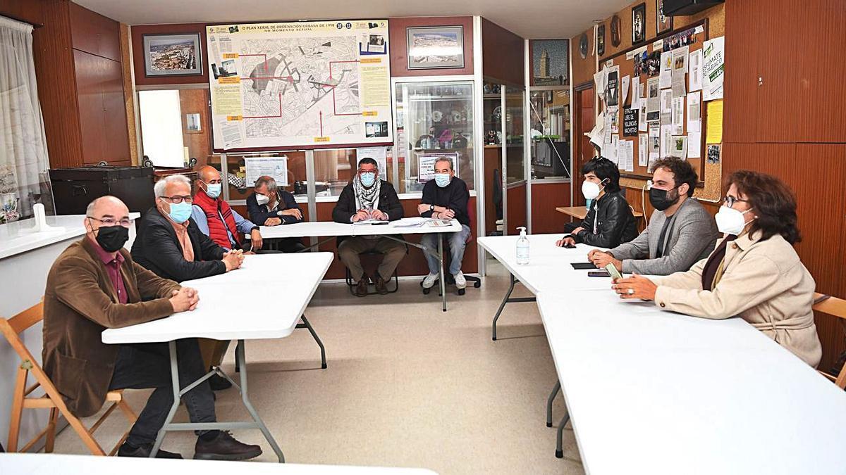Reunión de los grupos de la oposición municipal con los vecinos de O Castrillón.   | // CARLOS PARDELLAS