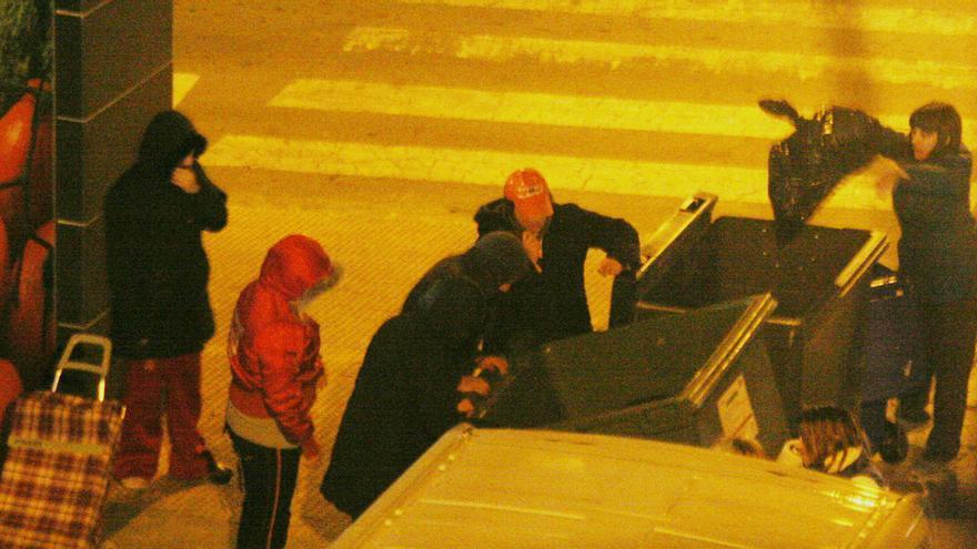 Aspe multará con 750€ buscar comida en los contenedores, repartir publicidad en la calle y tender ropa en el balcón