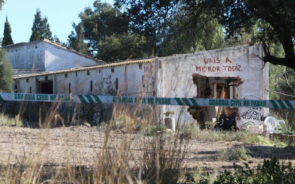 La Policía Científica analiza la caseta donde vivían los niños y el terreno donde estaban enterrados.