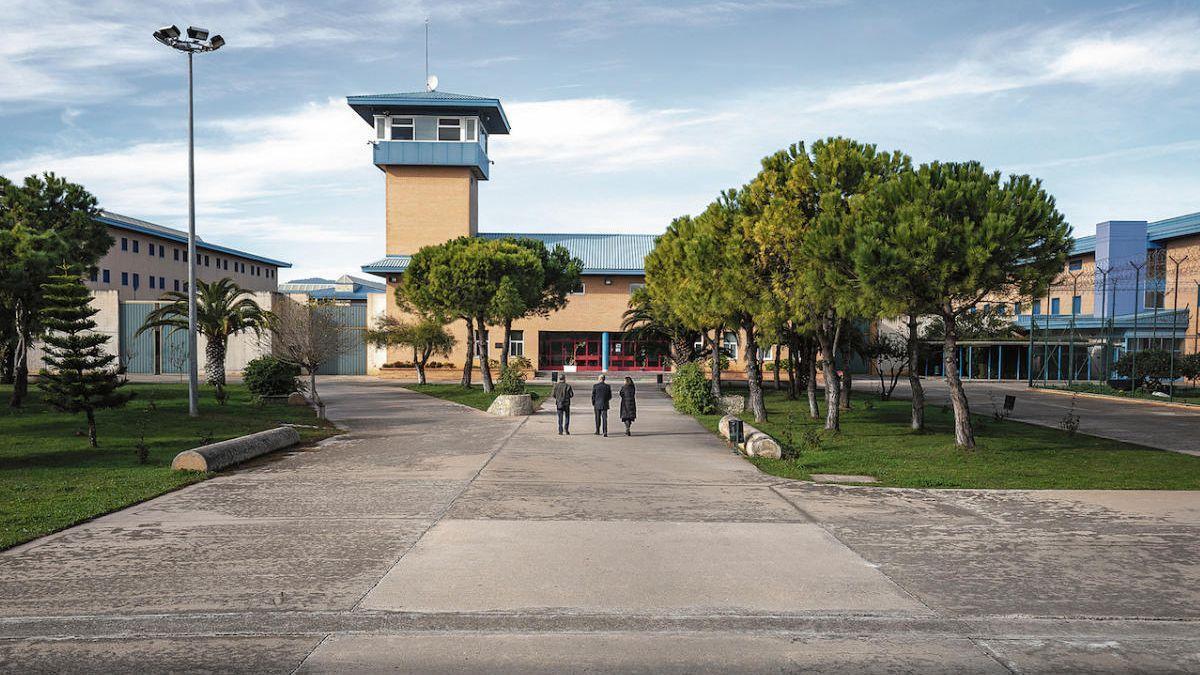 Cuatro funcionarios heridos al sofocar un intento de motín en la cárcel de Palma.