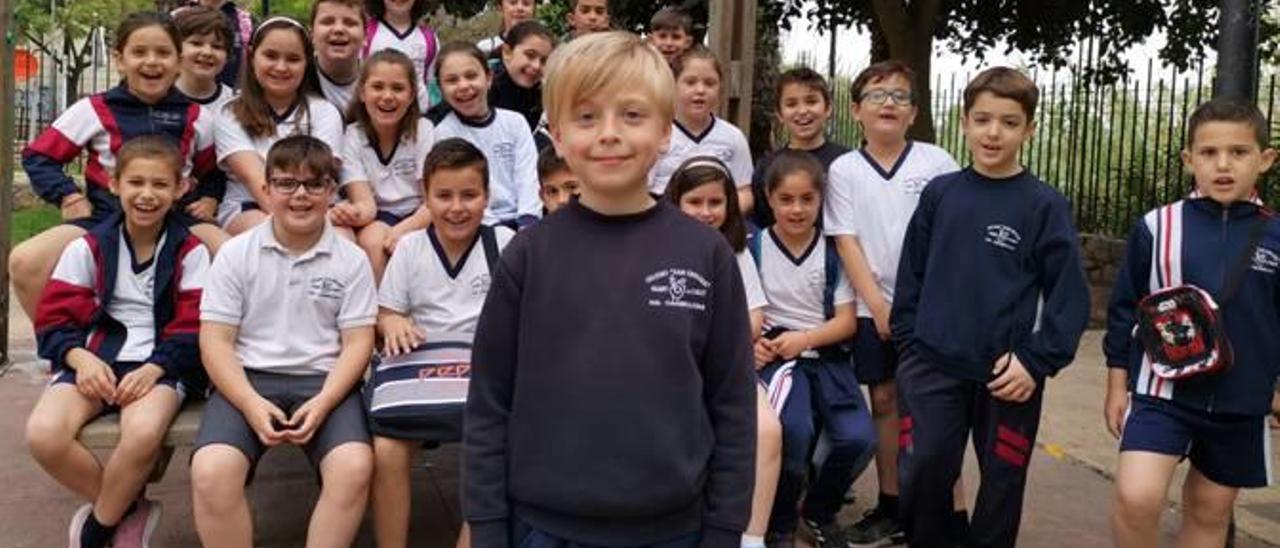 David Blazquez junto a sus compañeros y compañeras de clase del colegio San Enrique de Quart.
