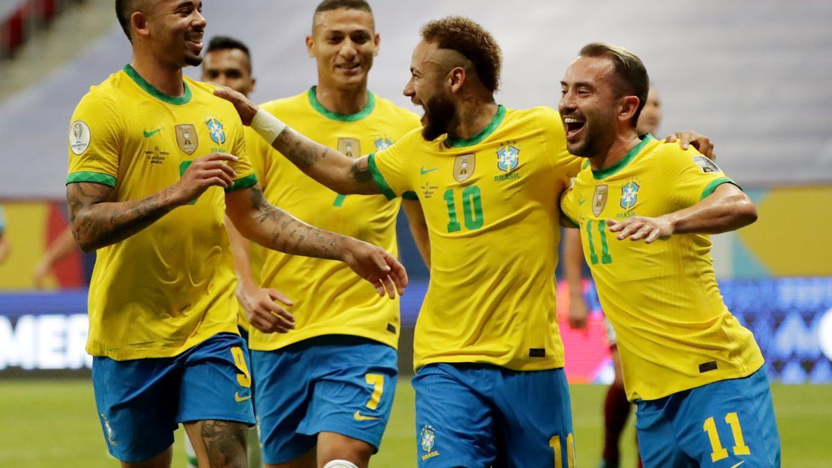 Neymar, felicitado por sus compañeros tras marcar el 2-0.