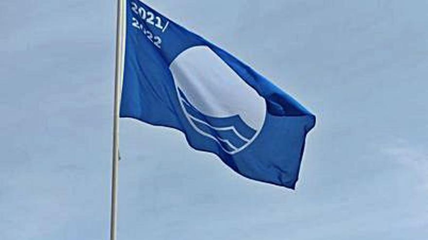 El puerto deportivo iza la bandera azul que avala su gestión ambiental