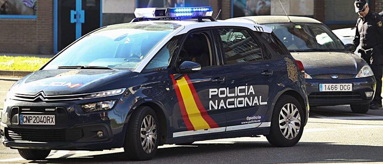 Un control de la Policía Nacional en Avilés.