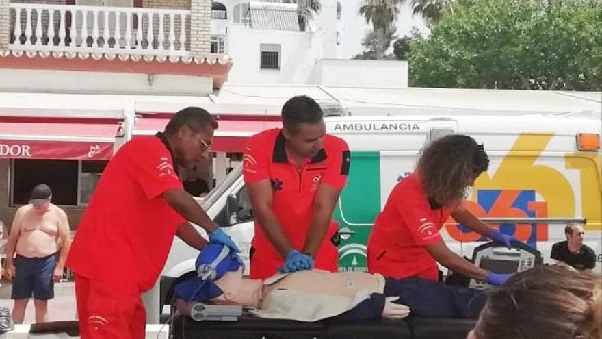 El 061 enseña cómo ayudar a salvar vidas en la playa de la Misericordia de Málaga