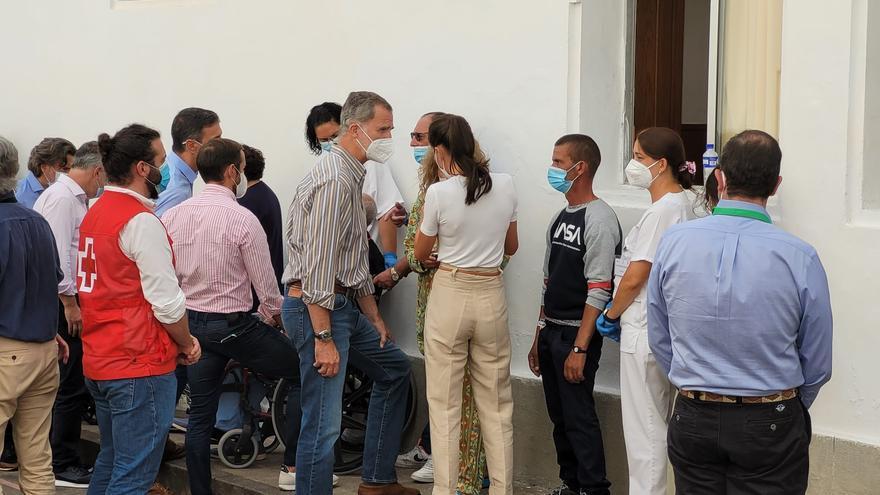 Visita de los reyes a los vecinos desalojados por la erupción del volcán en La Palma
