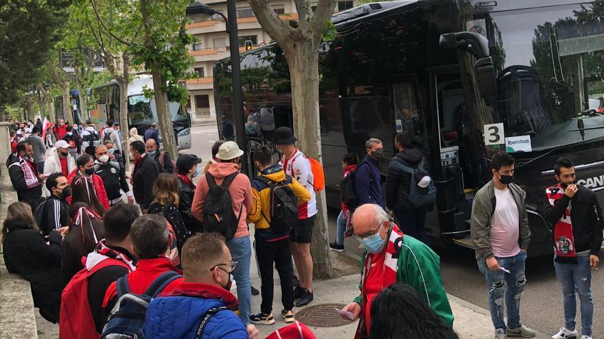 VÍDEO   Los autobuses con aficionados del Zamora CF parten hacia Almendralejo