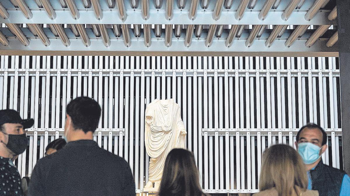 Visitantes admiran la muestra del  Museo del Foro Romano.