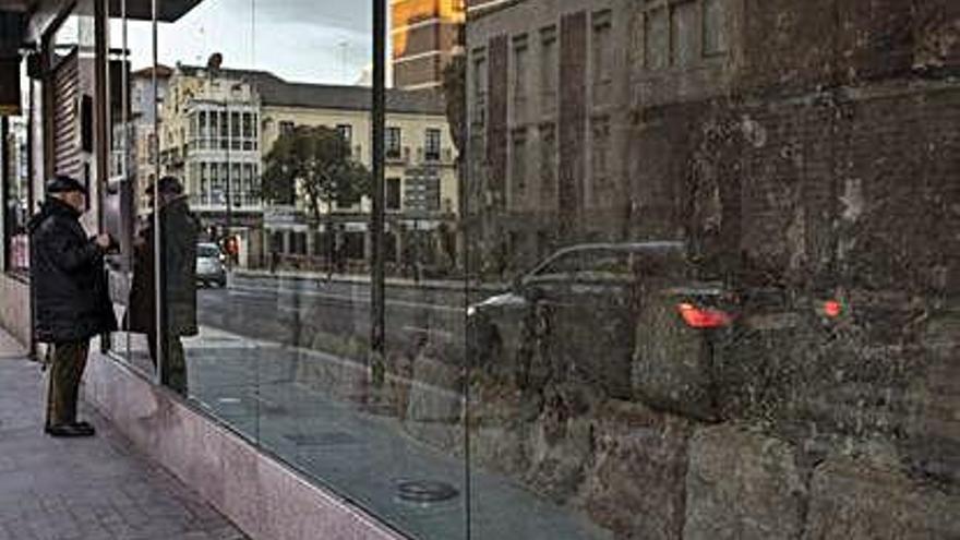 Imagen actual del escaparate que muestra el paño de la Muralla.