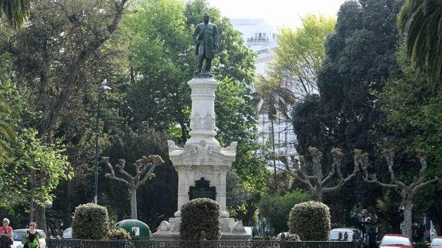 Finalizada la restauración de la estatua de Daniel Carballo en los jardines
