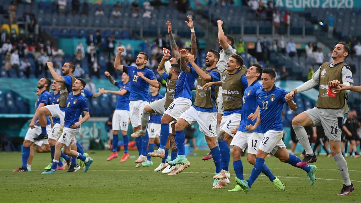 Italia celebra su pase a octavos tras ganar a Gales.