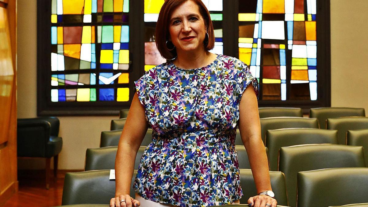 La vicealcaldesa de Zaragoza, Sara Fernández, este viernes en el salón de plenos en el ayuntamiento, antes de la entrevista con EL PERIÓDICO.    JAIME GALINDO