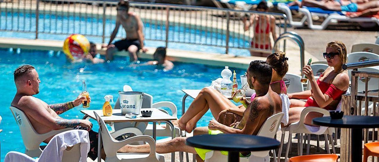 Turistas británicos en la piscina de un hotel de Benidorm, en una imagen de archivo. Los ingleses son clave dentro del segmento del turismo extranjero. DAVID REVENGA