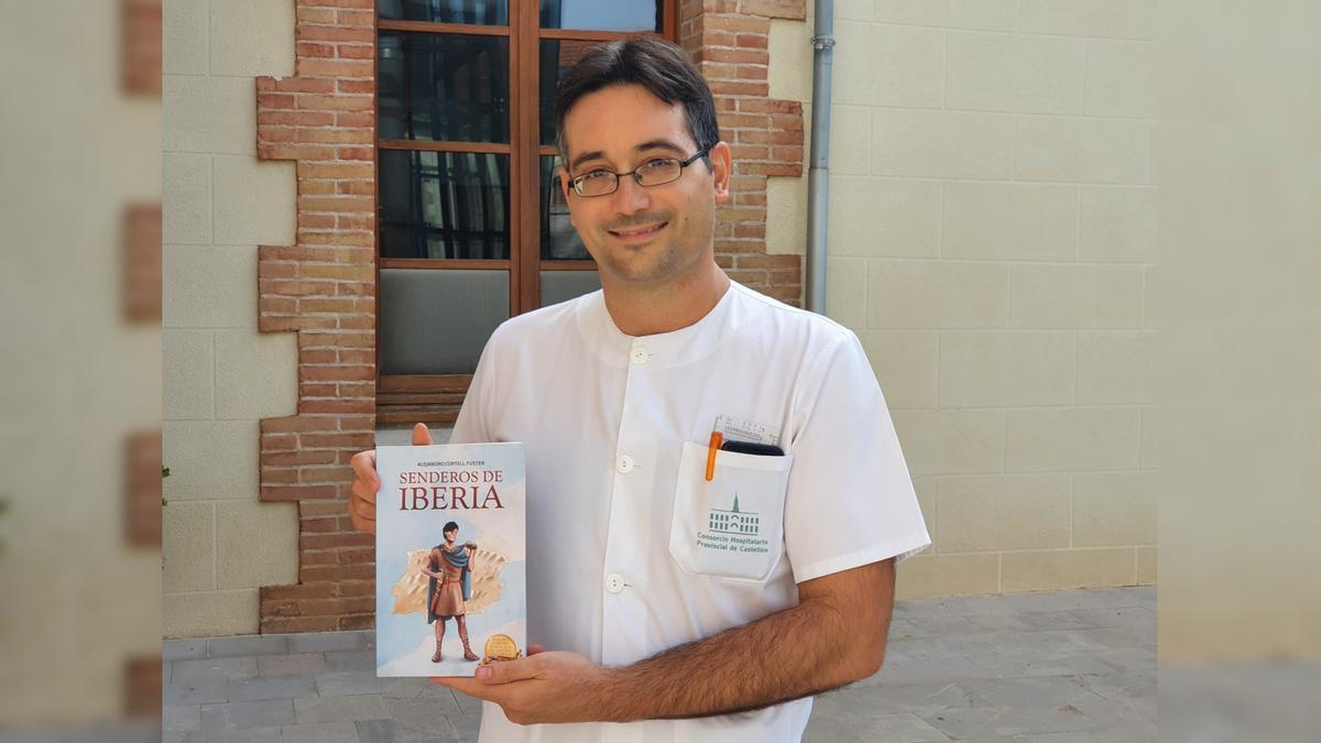 Alejandro Cortell, en el Hospital Provincial junto a su primera novela.