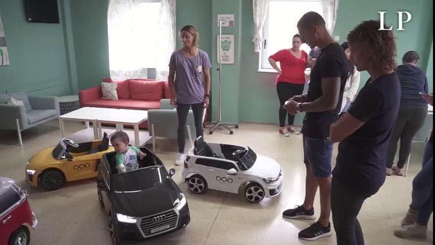 Los niños del Hospital Molina Orosa, a quirófano en cochecito eléctrico