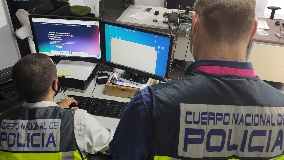 Agentes de la Policía Nacional investigan delitos cometidos a través de internet.
