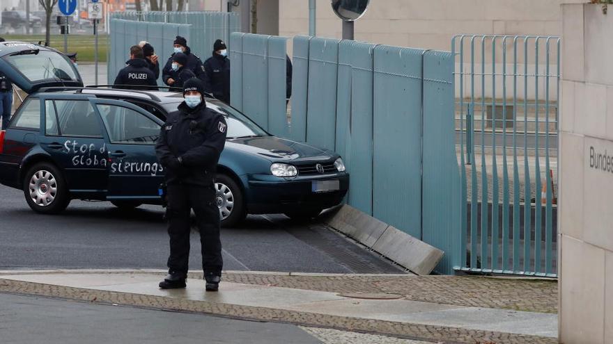 Un coche se empotra contra la valla de la oficina de Merkel