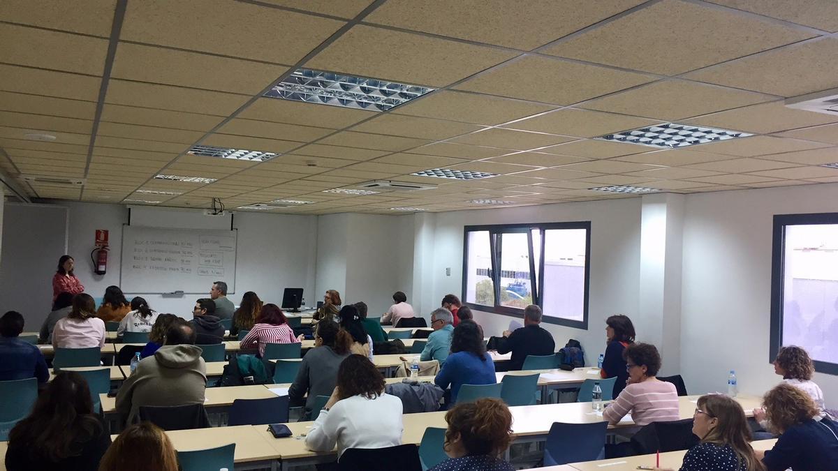Imagen de un aula con estudiantes