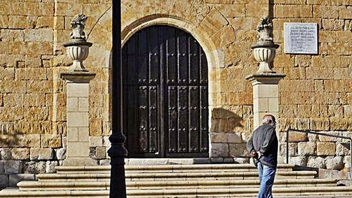 Placa de mármol en homenaje a Primo de Rivera Placa ubicada a la entrada de la iglesia de Arcenillas.   J. L. F.