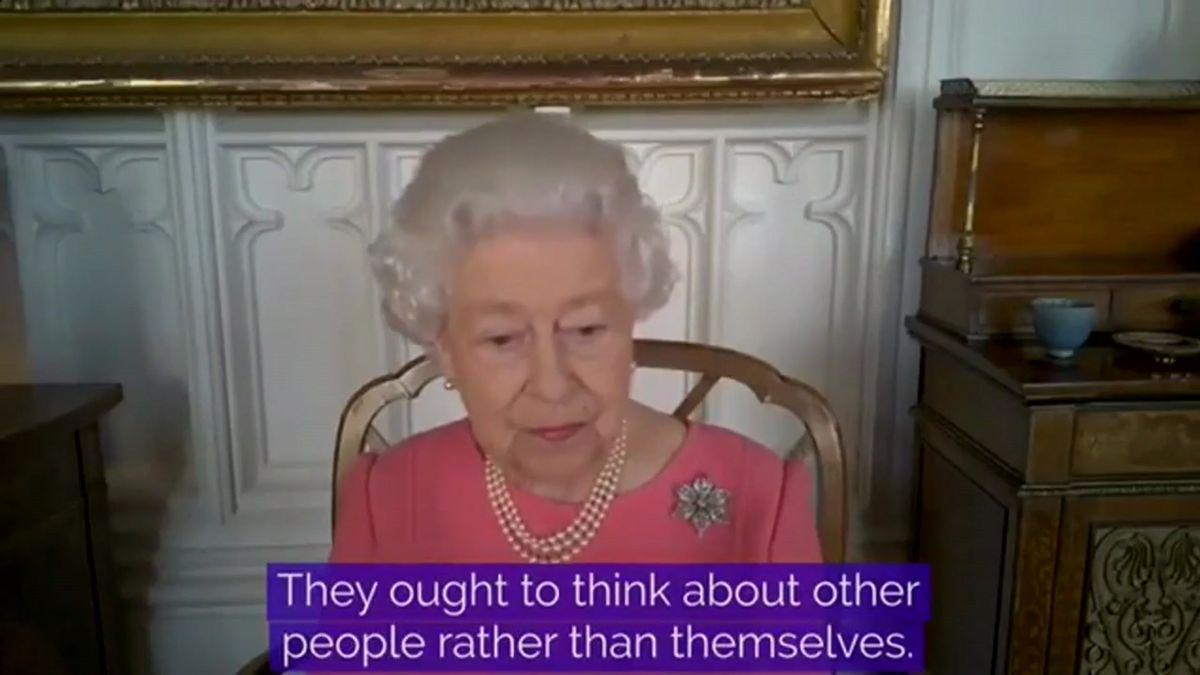 Isabel II anima a la gente a vacunarse y pensar en los demás