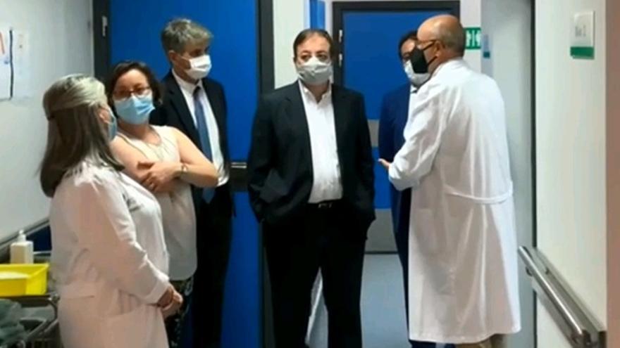 Guillermo Fernández Vara visita el nuevo PEC-TAC instalado en el Hospital Universitario de Badajoz, acompañado por José María Vergeles
