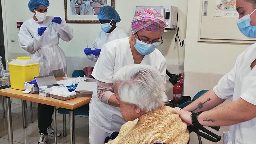 Más de 3.000 ancianos de centros de día siguen sin fecha para la primera vacuna
