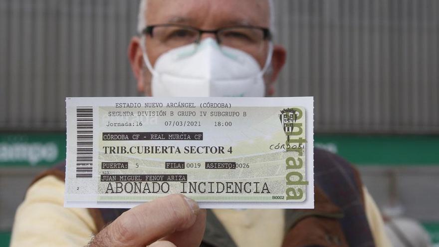 Los aficionados del Córdoba CF comienza a recoger las entradas del partido del domingo.
